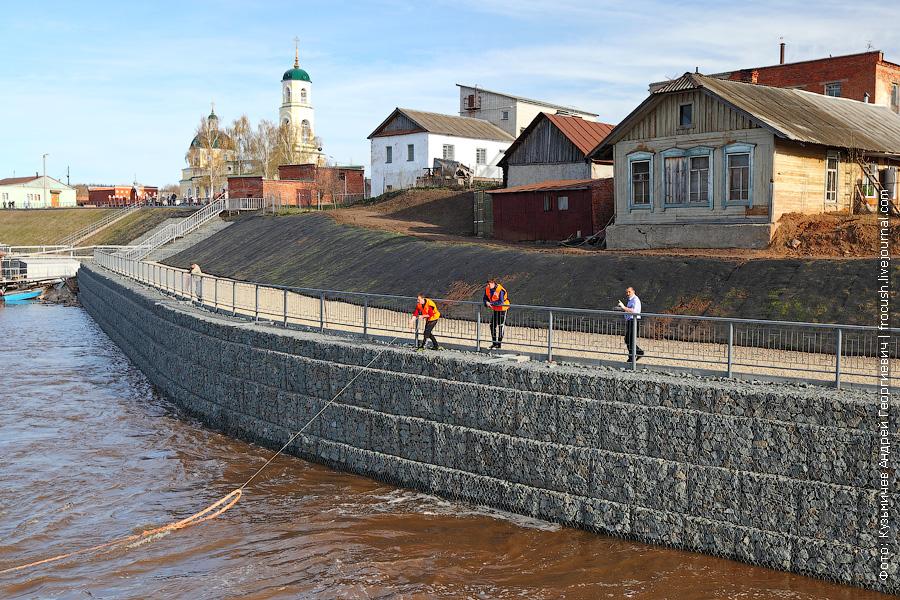 теплоход Василий Чапаев швартуется в Вятских Полянах