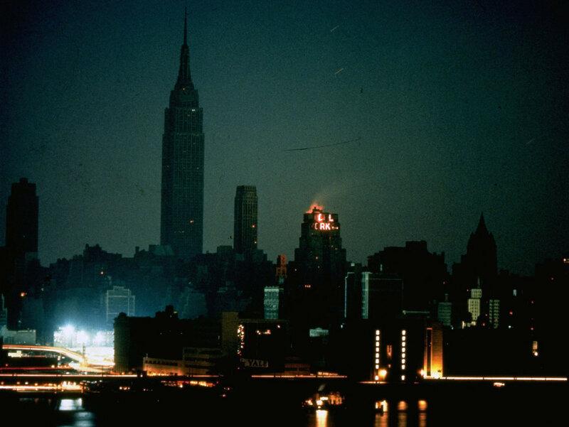 Нью-Йорк во время массового отключения электронергии, вид с Лонг-Айленд-Сити, 9 ноября 1965 года.jpg