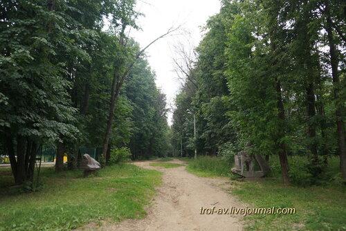 Аллея в парке с необычными памятниками, Солнечногорск
