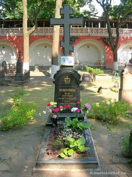 Могила писателя Шмелева в некрополе Донского монастыря
