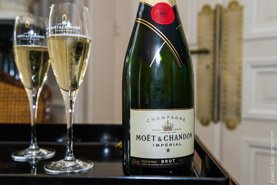 Сосет и пьет шампанское 13 фотография