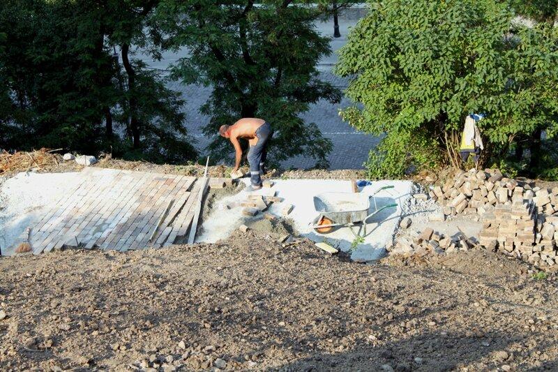 Реконструкция дорожек на склоне Владимирского спуска