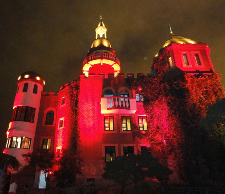 Шикарный дом красного цвета