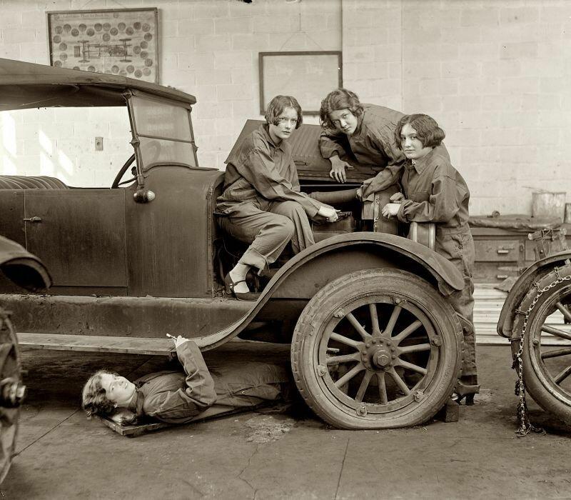 Старшеклассницы получают профессию автомеханика