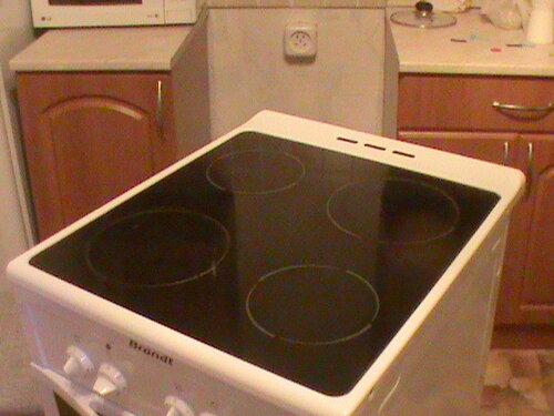 Фото 7. Автоматические выключатели в квартирном и этажном щитах срабатывали при включении электроплиты. Нужно выявить источник короткого замыкания - выдвигаем плиту.