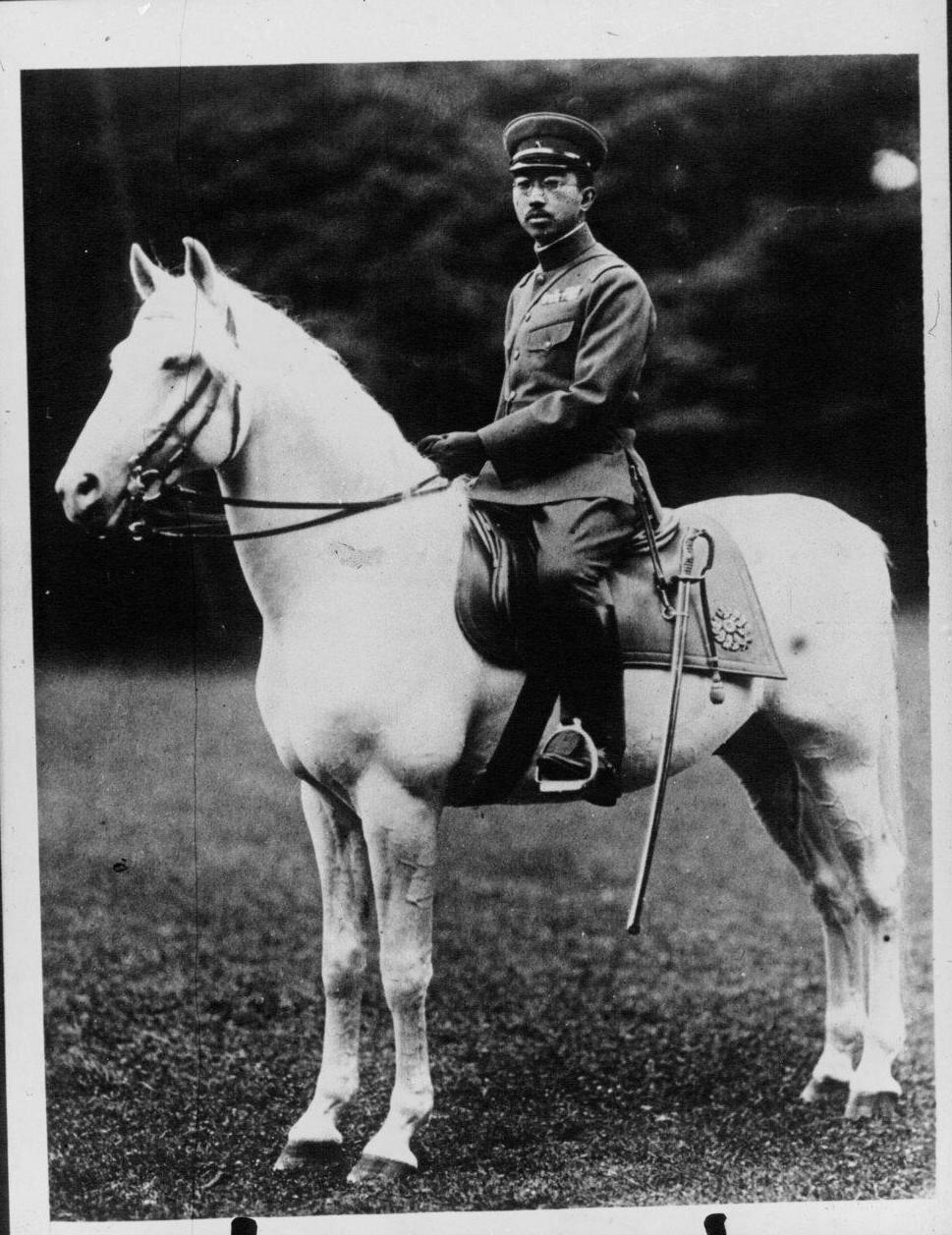 Император Японии Хирохито на своей любимой лошади