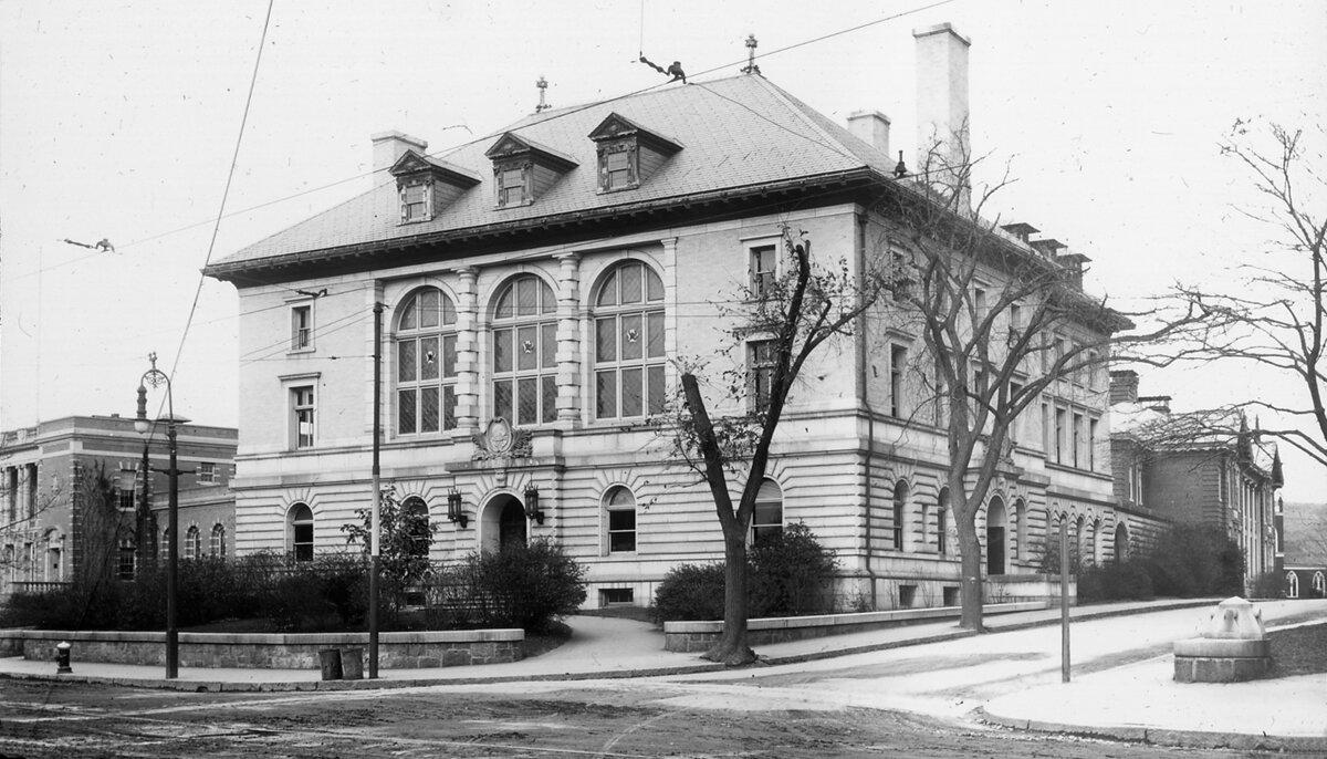 Полицейский участок и здание суда