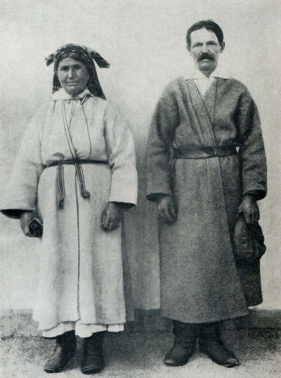 Женщина в белой и мужчина в серой свитах. Село Залисы