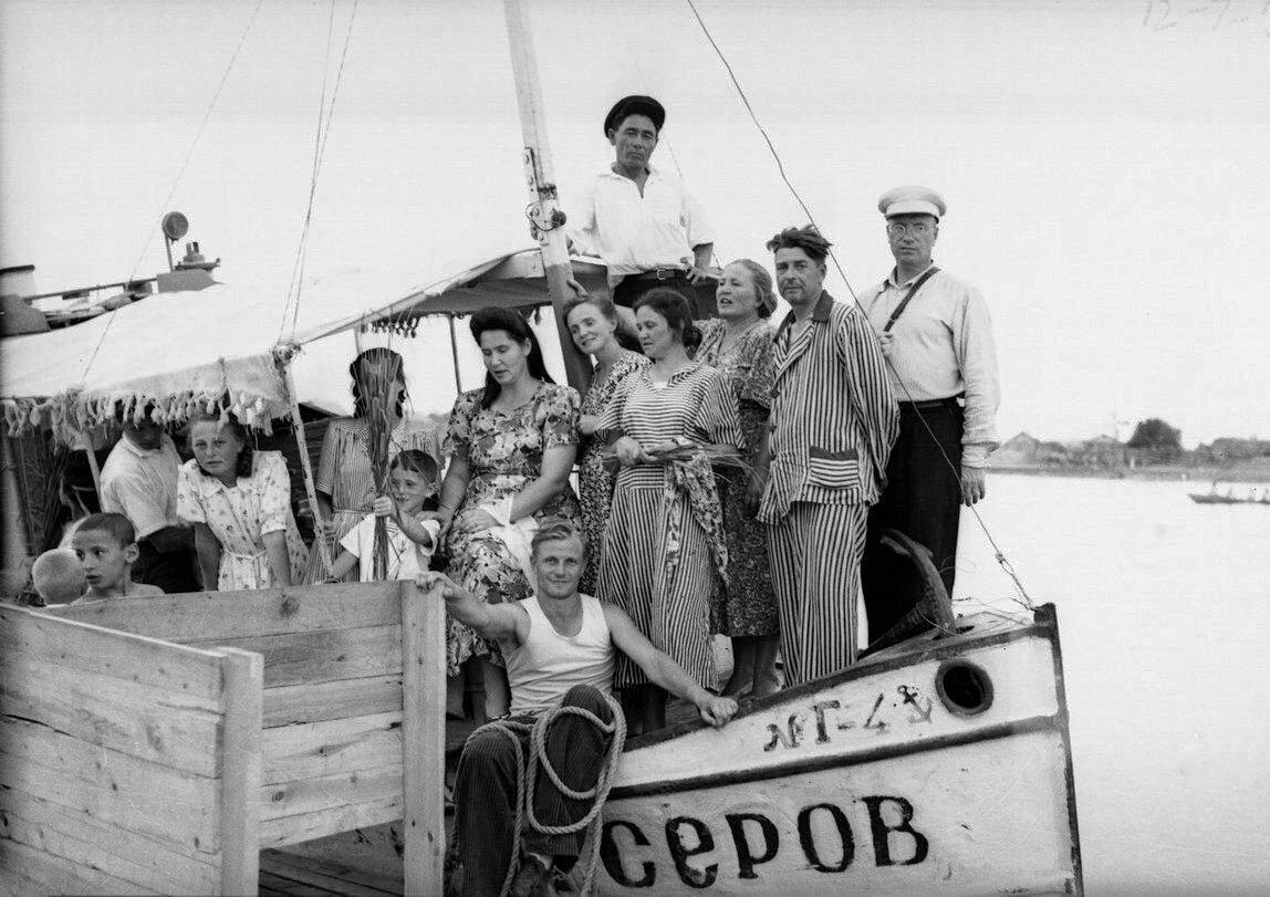 На катере Серов