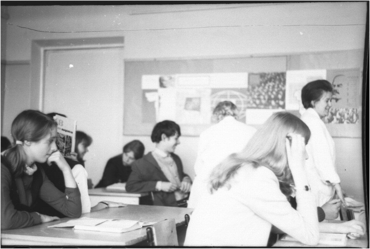1969-70 класс 8 В.  Игорь Микаберидзе.  Люда Дорохова. Моника