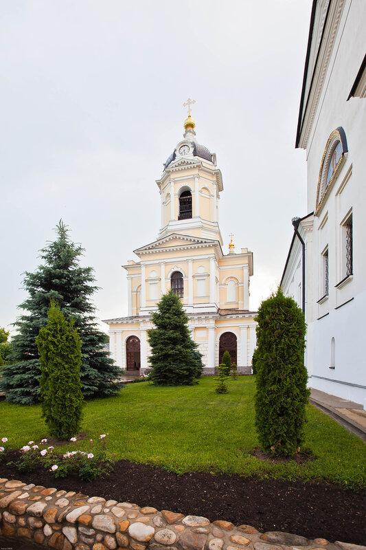 Надвратная Церковь Трех Святителей в колокольне - Серпуховской монастырь
