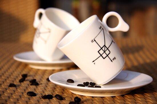 Чашка, не признающая законов гравитации. Правда под углом она может стоять только когда пустая
