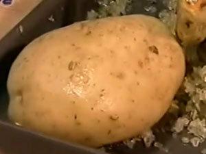 Запечь картофель вместе с курицей на соли
