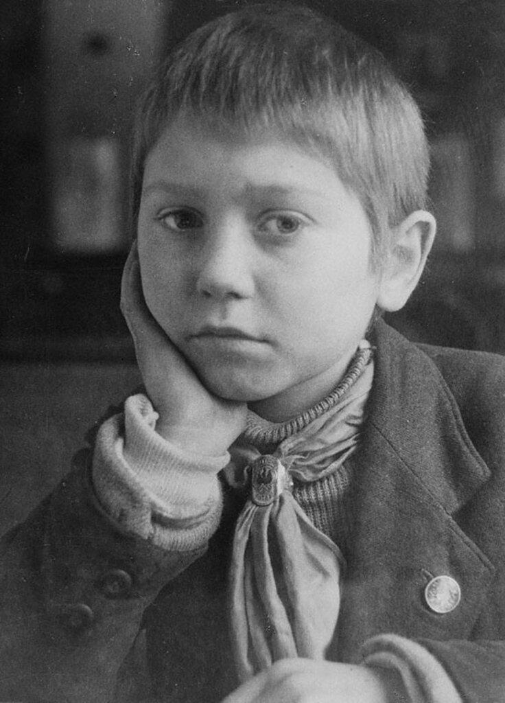 Отличник учебы 4-го класса средней школы № 10 Свердловского района тимуровец Виктор Смирнов (12 лет).  Ленинград.