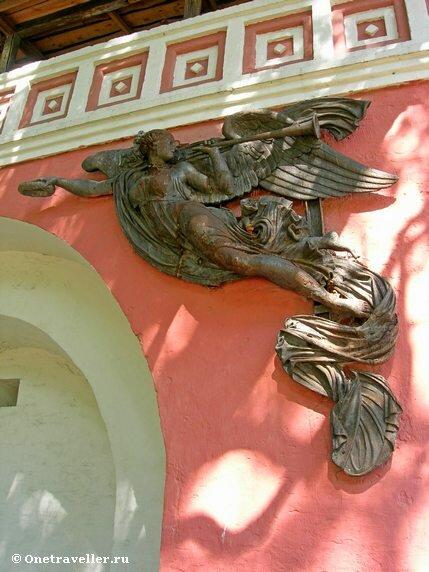 Скульптура ангела на стене Донского монастыря в Москве