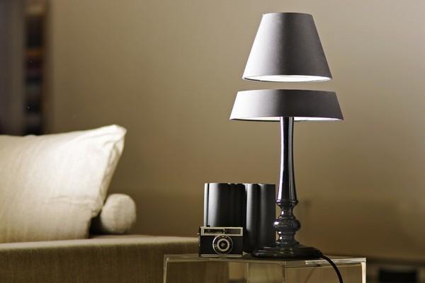 Голландская дизайнерская фирма Crealev выпустила целую серию необычных настольных ламп, будто бы при