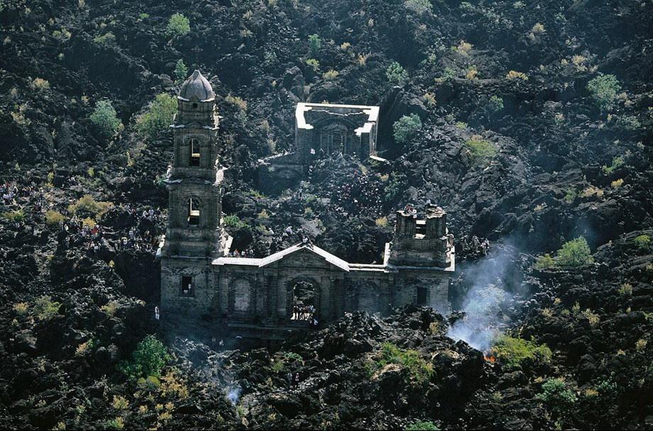 30. Разрушенная в результате извержения вулкана Парикутин церковь Сан Хуан Парангакутиро в Мексике.