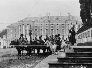 Император Николай II, цесаревич Алексей и сопровождающие их лица на параде полка .