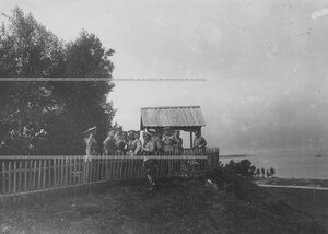 Группа офицеров на наблюдательном пункте во время маневров бригады.