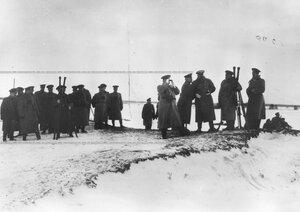 Группа офицеров и командир гвардейского корпуса генерал-адъютант В.М.Безобразов наблюдает за показательными стрельбами.