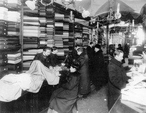 Внутренний вид мануфактурнного магазина во время торговли.