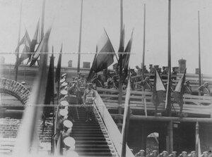 Император Николай II и сопровождающие его лица спускаются по лестнице после осмотра строящихся  казарм полка.