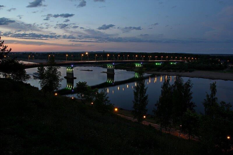 Мост через Вятку в ночном освещении с огоньками фонарей и трассами машин