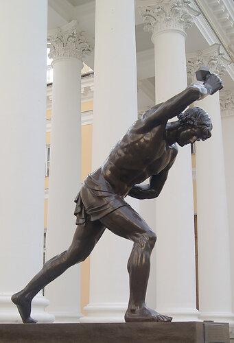 Статуя юноши, играющего в свайку у фасада Александровского дворца в Царском Селе. Скульптор А. В. Логановский.