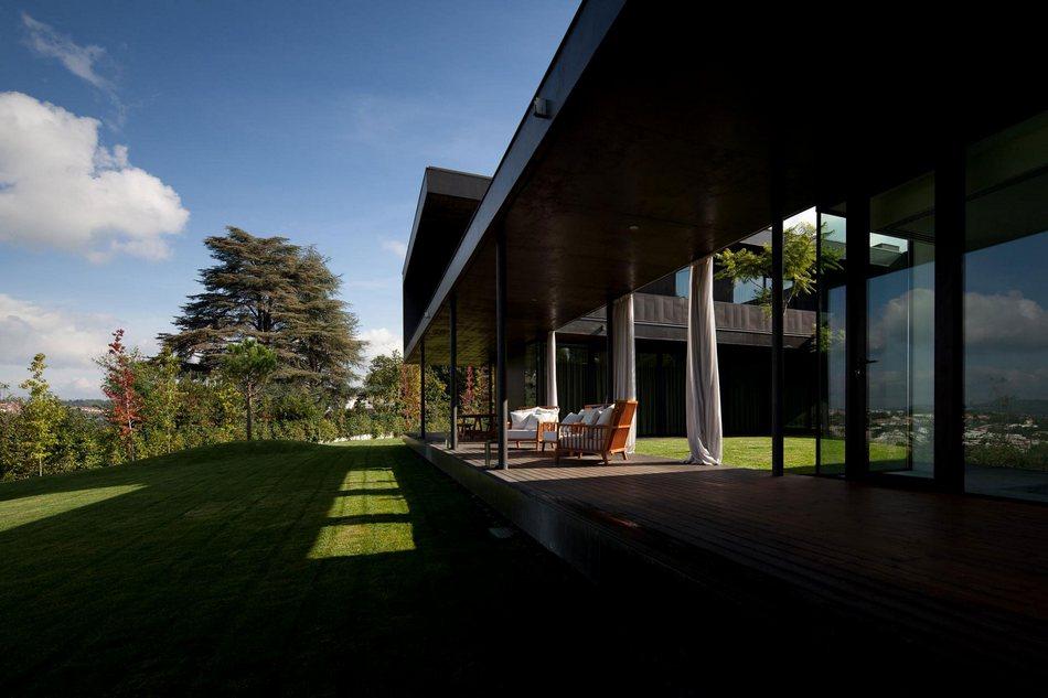 Частный дом на склоне горы в Португалии