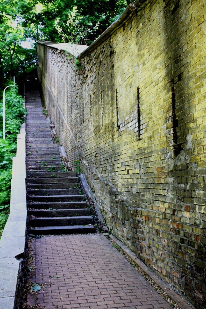 Крепостная стена Нижней Лавры