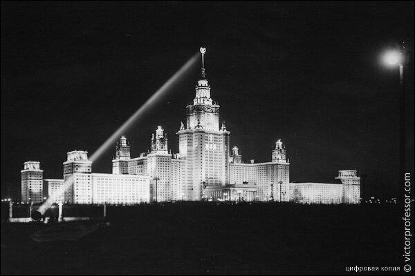 МГУ. Ночью звезда на шпиле подсвечивалась вот так. Из архива http://victorborisov.livejournal.com
