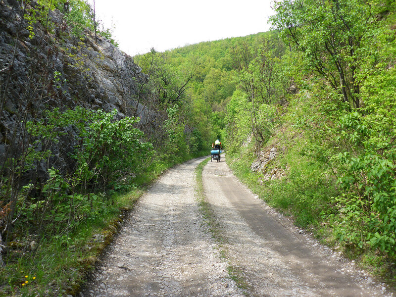 дорога по насыпи железной дороги парачин - заечар