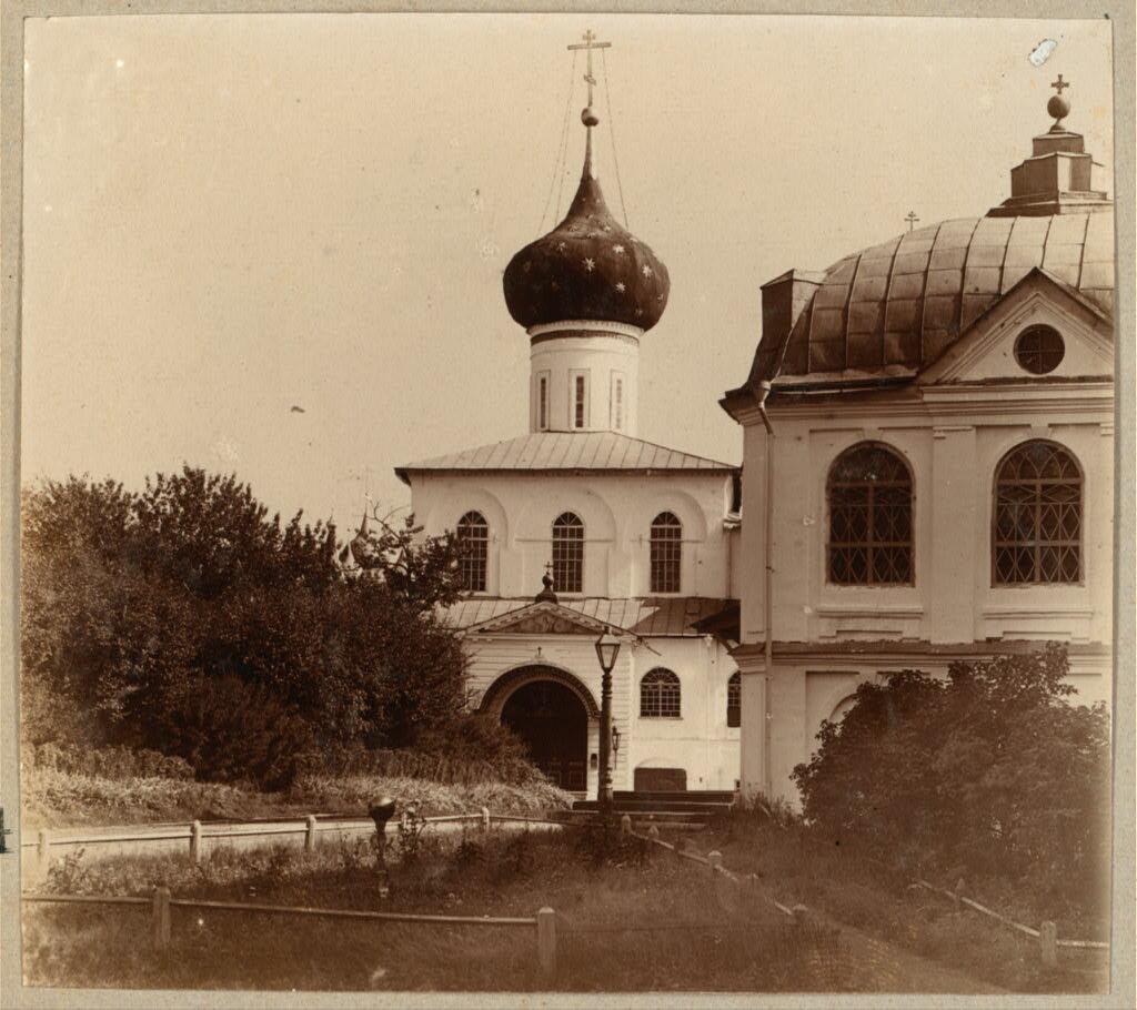 Внутри Спасо-Преображенского монастыря. Вход в собор. Ярославль. 1910.