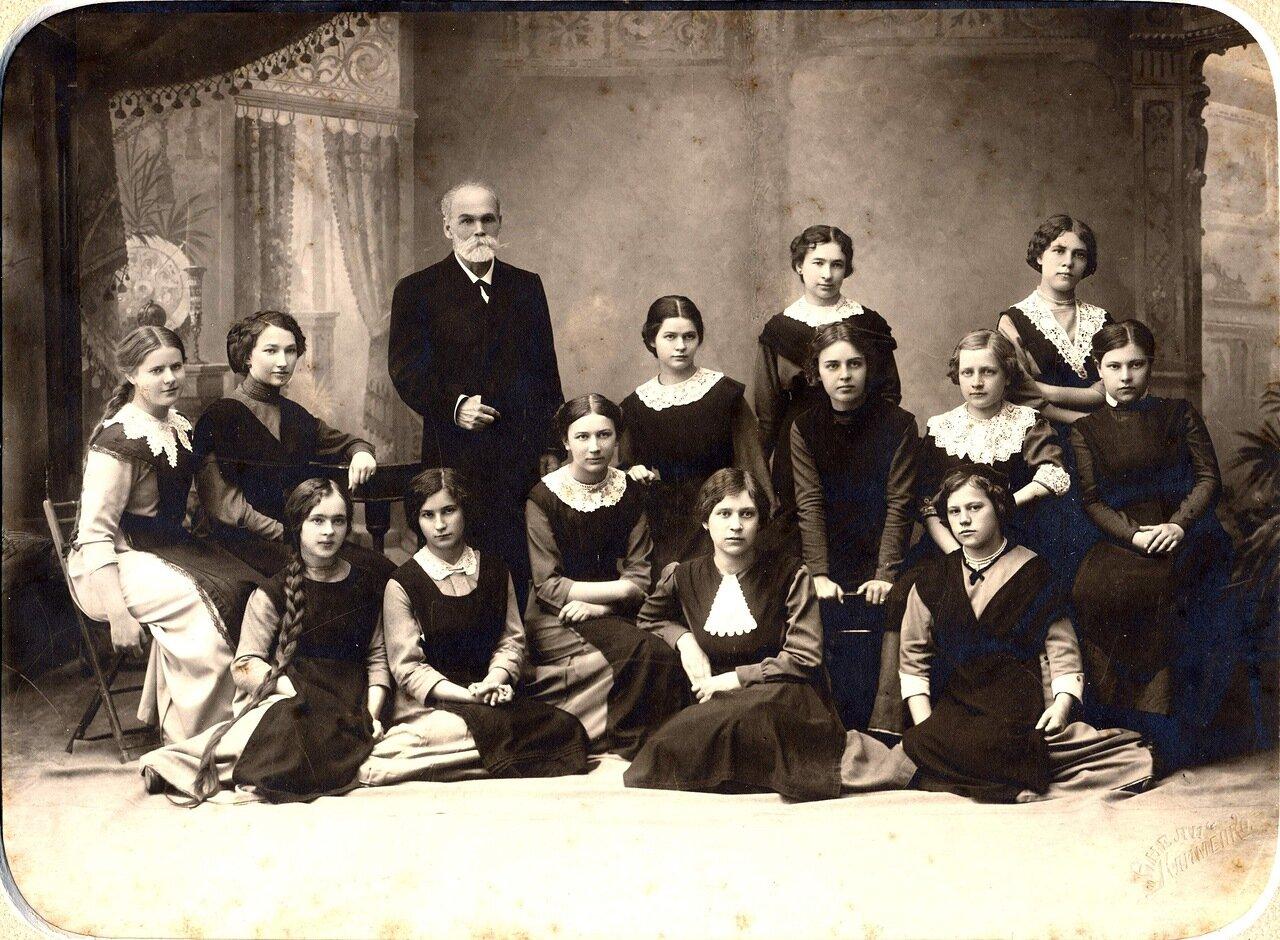 И. Ф. Яхонтов с гимназистками. 3 июня 1913 года.