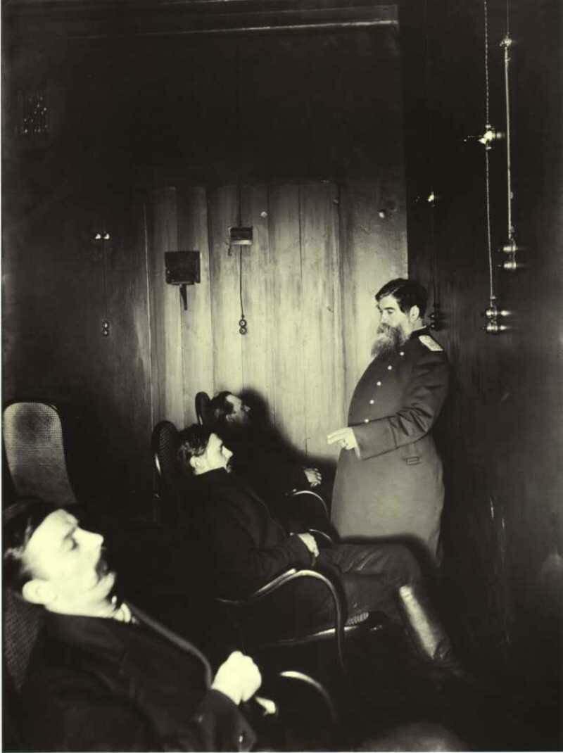 Профессор Бехтерев лечит больных в «гипнотической комнате».Санкт-Петербург. 1913.