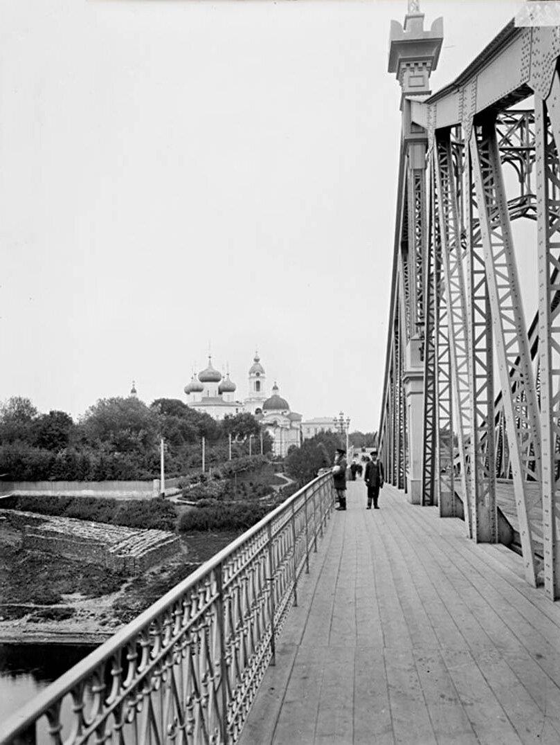 Общий вид Спасо-Преображенского собора, Дворцового сада и моста через реку Волгу