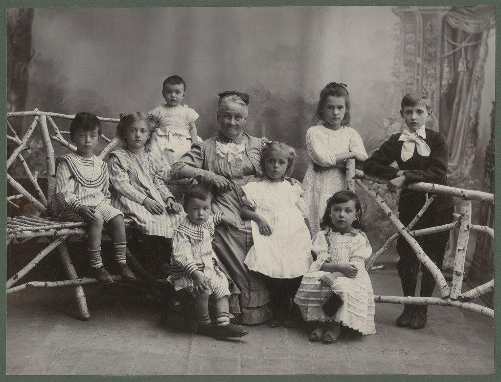 1890-е. Бабушка с внуками