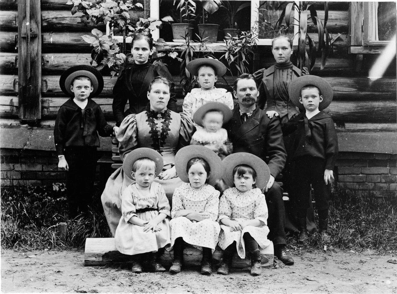 Инженер Густав Спанберг с семьей