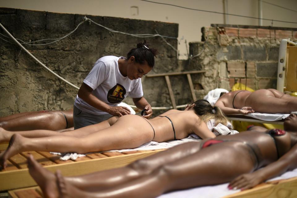 Бразильянки готовятся встретить Рождество с идеальным загаром