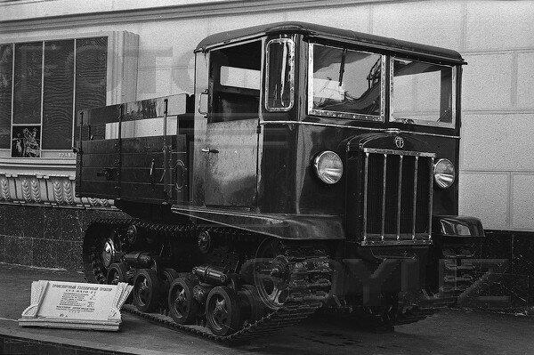 Транспортный гусеничный трактор СТЗ НАТИ - 2Т, павильон Механизация и электрификация сельского хозяйства СССР, 1939 г.