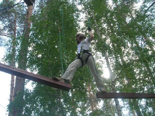 …и для взрослых. Этот аттракцион называется «Путь Тарзана», он похож на «Лесной экстрим» в челябинском парке Гагарина.  (07.08.2013)