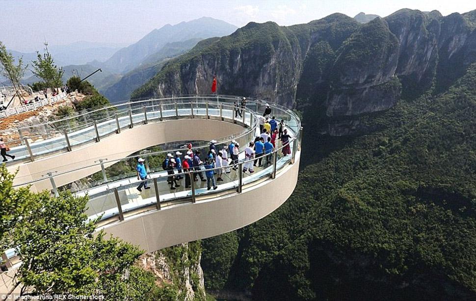 Стеклянная смотровая площадка Юньдуань расположена на высоте более 700 метров над землей. Она открыл