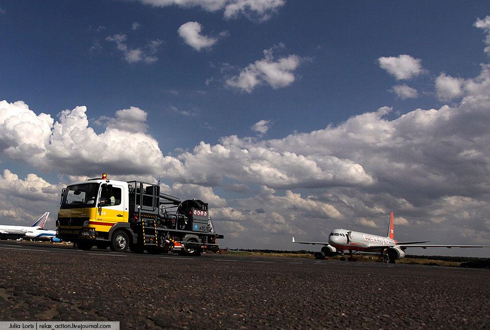Вот так заправляют самолеты. Путь топлива до воздушного судна сложный и непростой. Выбирайте себе ав
