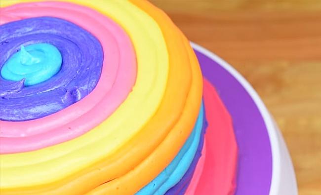 Разложите крем вкулинарные мешочки ивыдавливайте поочередно по2толстые полоски каждого цвета на