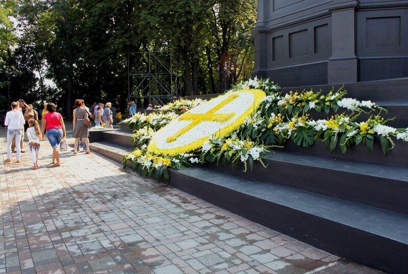 Цветочная инсталляция у подножия памятника Владимиру