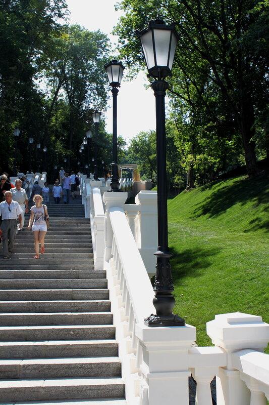 Фонари на площадках лестницы