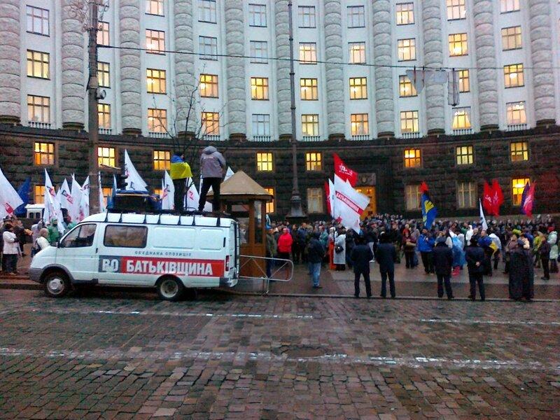Мобильная сцена митинга под Кабмином