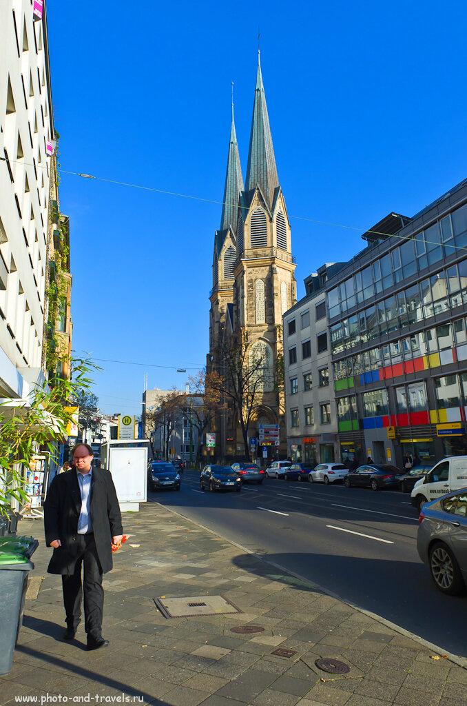 Церковь Непорочного Зачатия Девы Мариив Дюссельдорфе. При съемке на коротком фокусе теряется масштаб здания