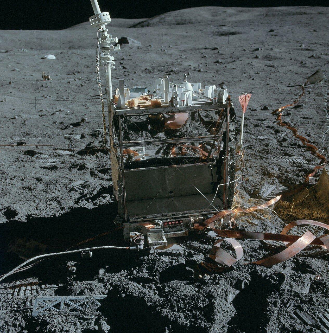 Далее по плану нужно было установить приборы комплекта ALSEP. На снимке: Центральная станция ALSEP и оборванный у самого основания кабель прибора для изучения тепловых потоков в лунном грунте