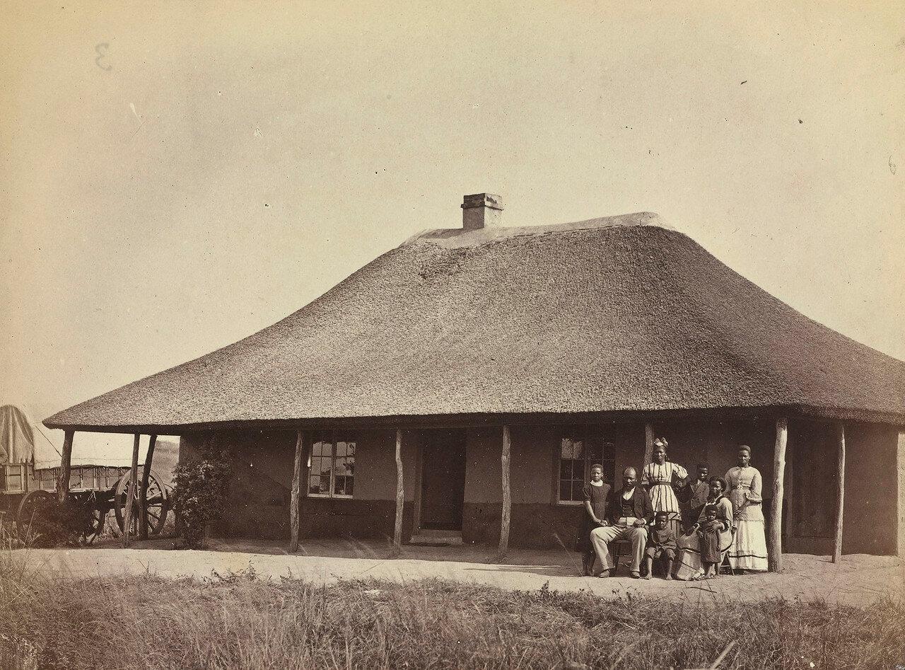 Зулусский миссионер с семьей возле своего дома